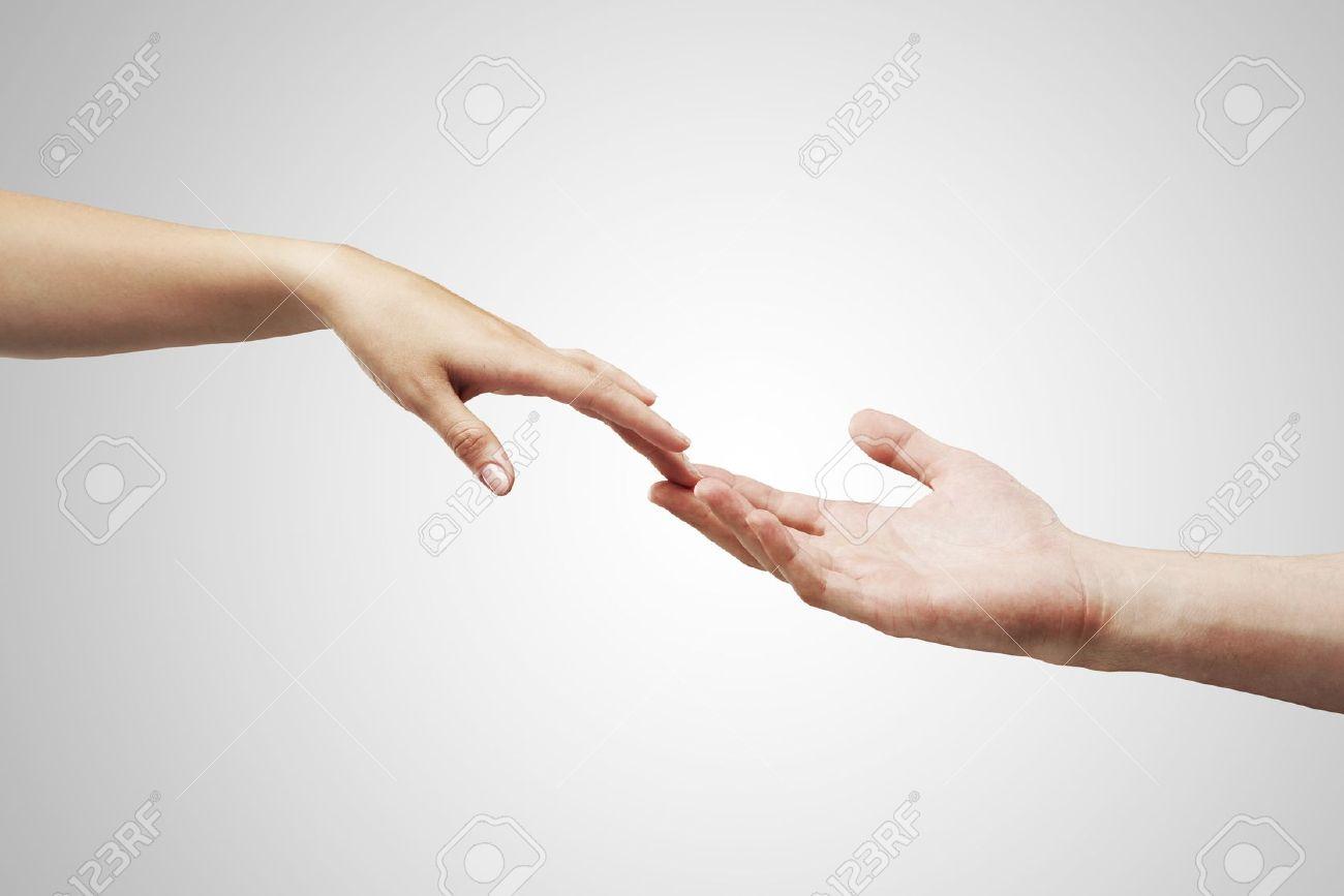 Тянутся руки к девушке фото 13 фотография