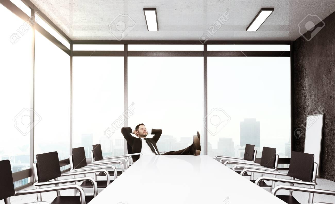 Homme d affaires de détente dans le bureau moderne concept d