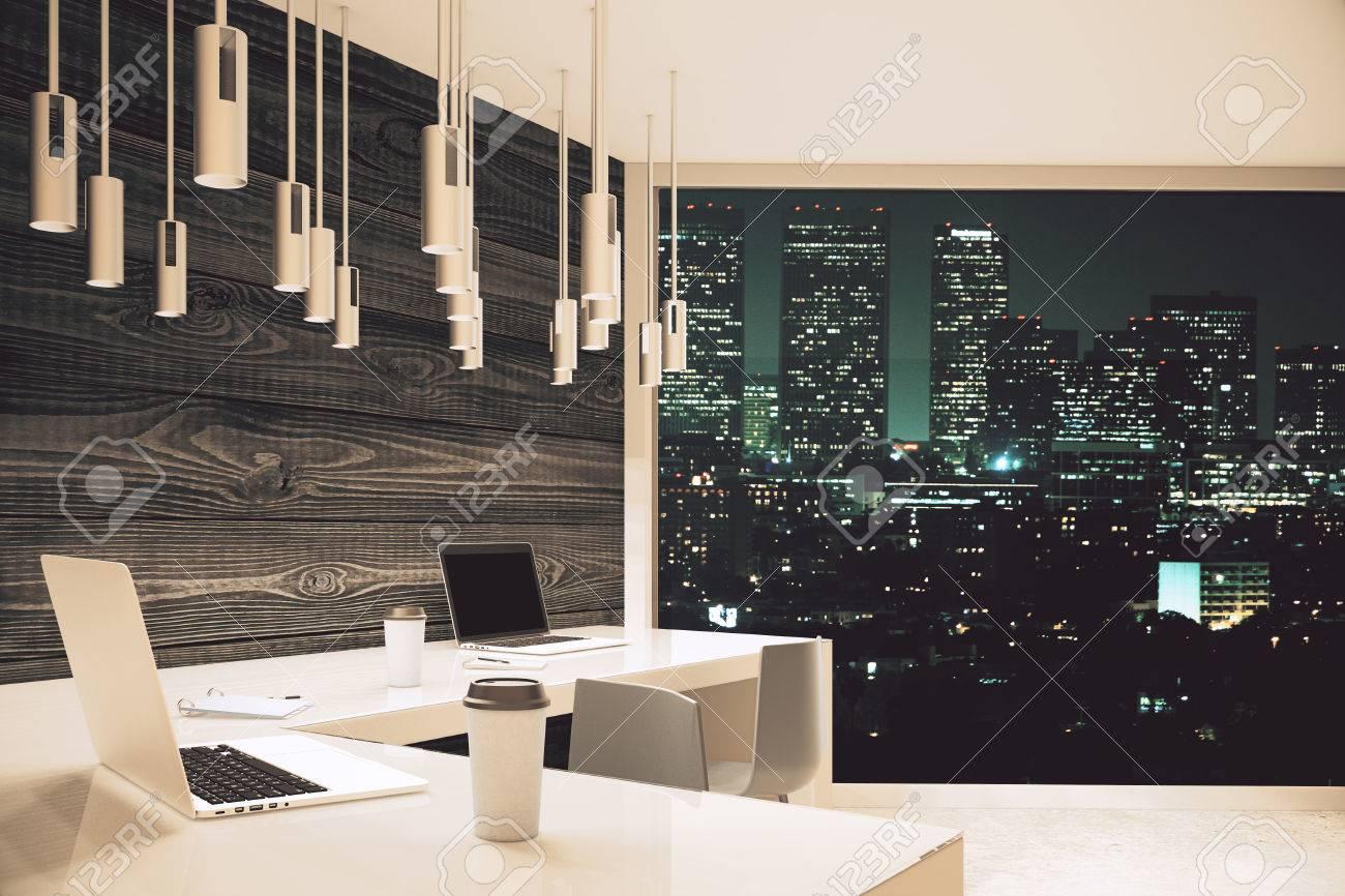 Studio design avec des planches de bois bureau blanc et baie vitrée