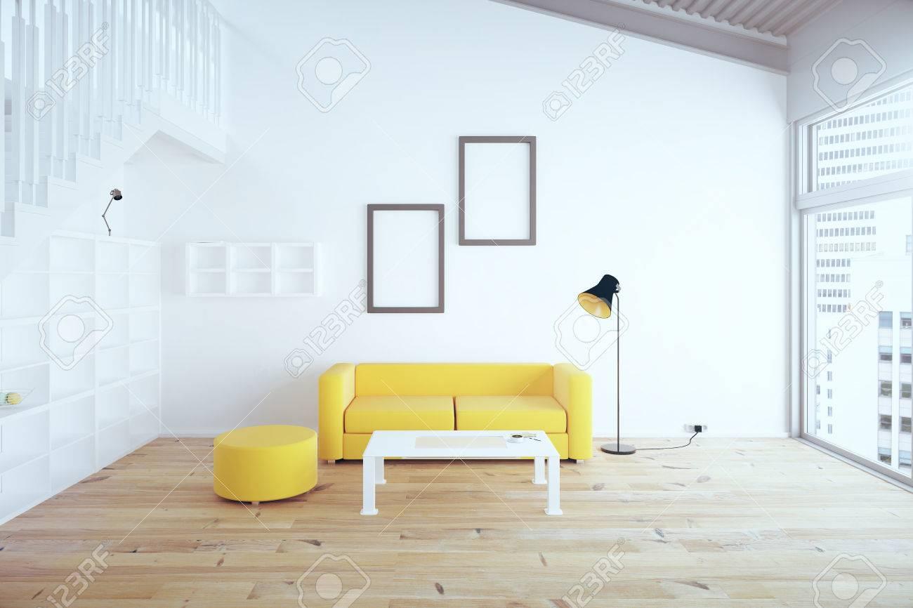 wohnzimmer interieur mit gelben sofa, leere bilderrahmen, regale und