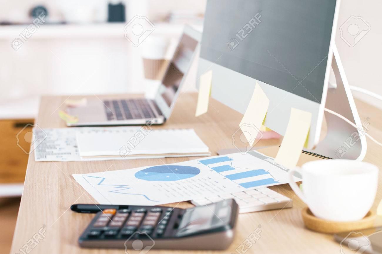 Vue latérale du bureau de bureau en bois avec tableau informatique