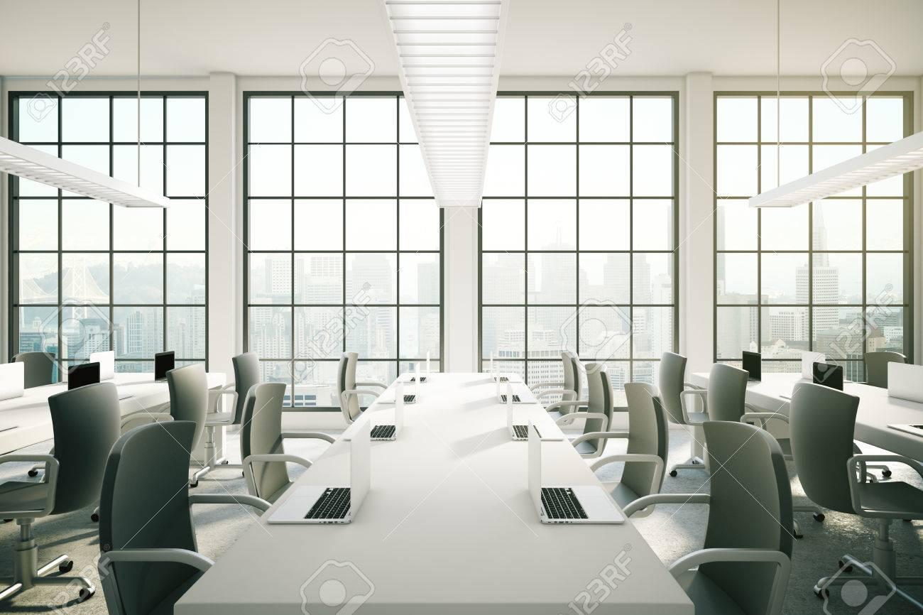 Immagini stock zona coworking in ufficio interno con notebook
