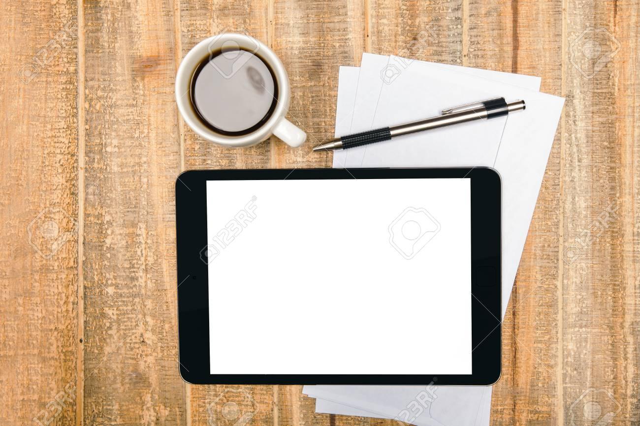 Vue de dessus du bureau en bois vieilli avec une tablette blanche