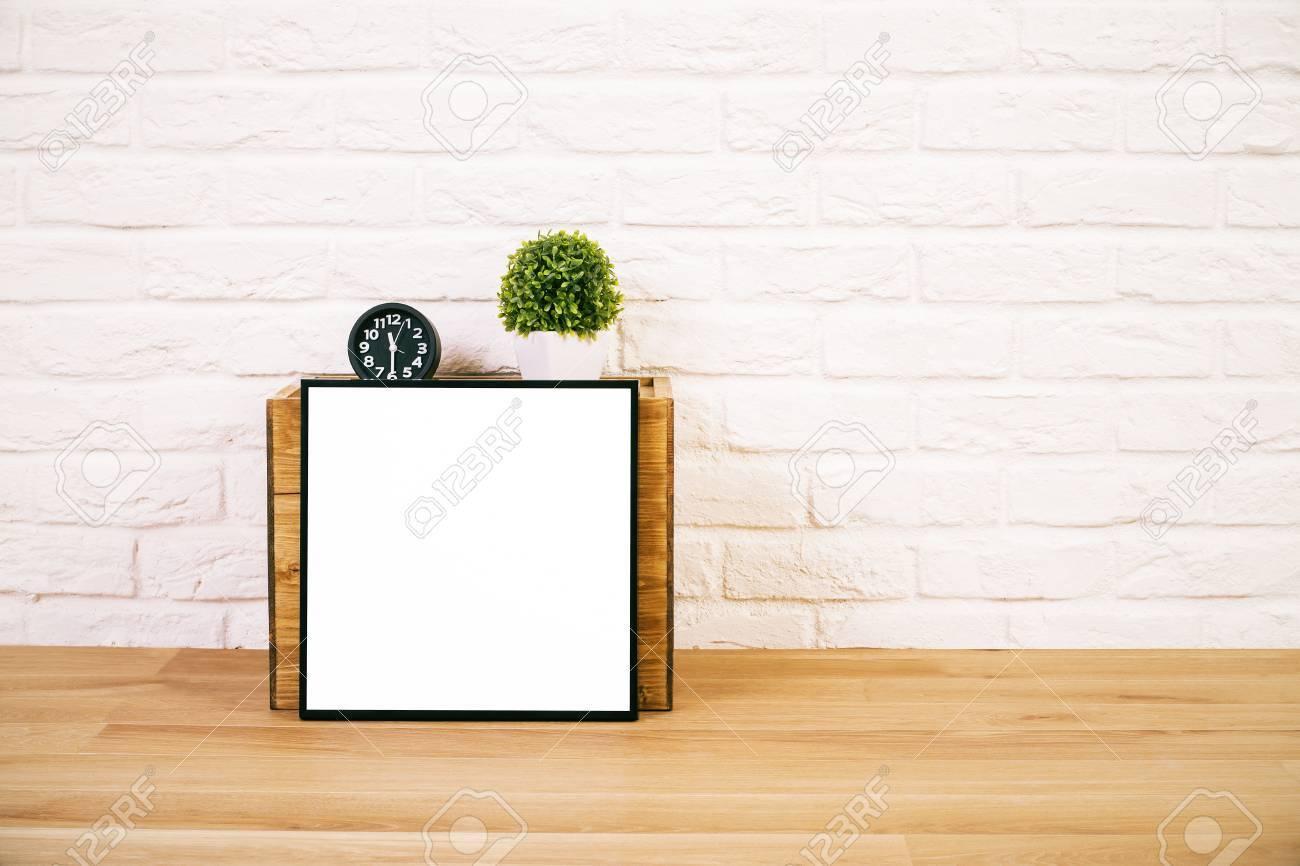 gros plan de table avec cadre photo vide s'appuyant sur une boîte en