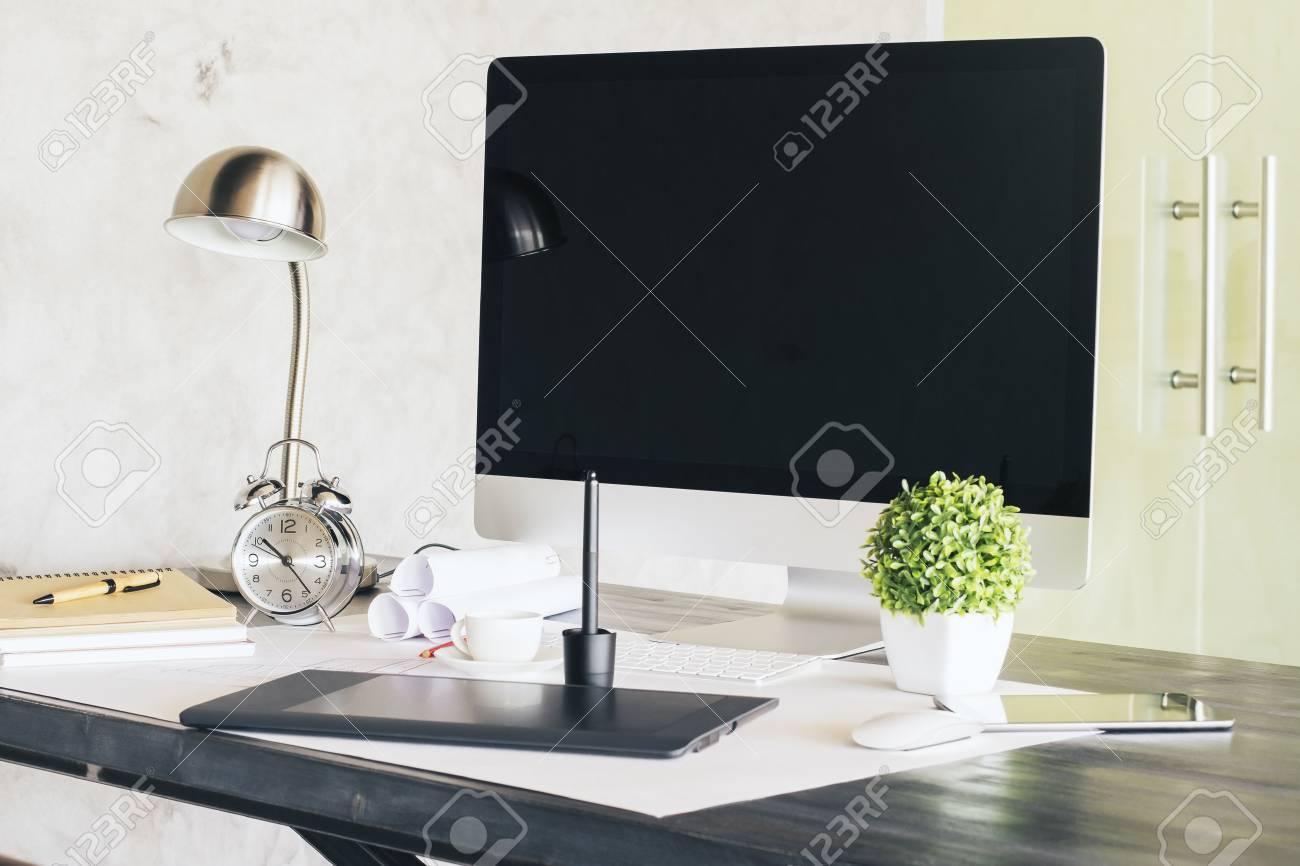 Sideview de bureau design avec écran noir ordinateur tablette