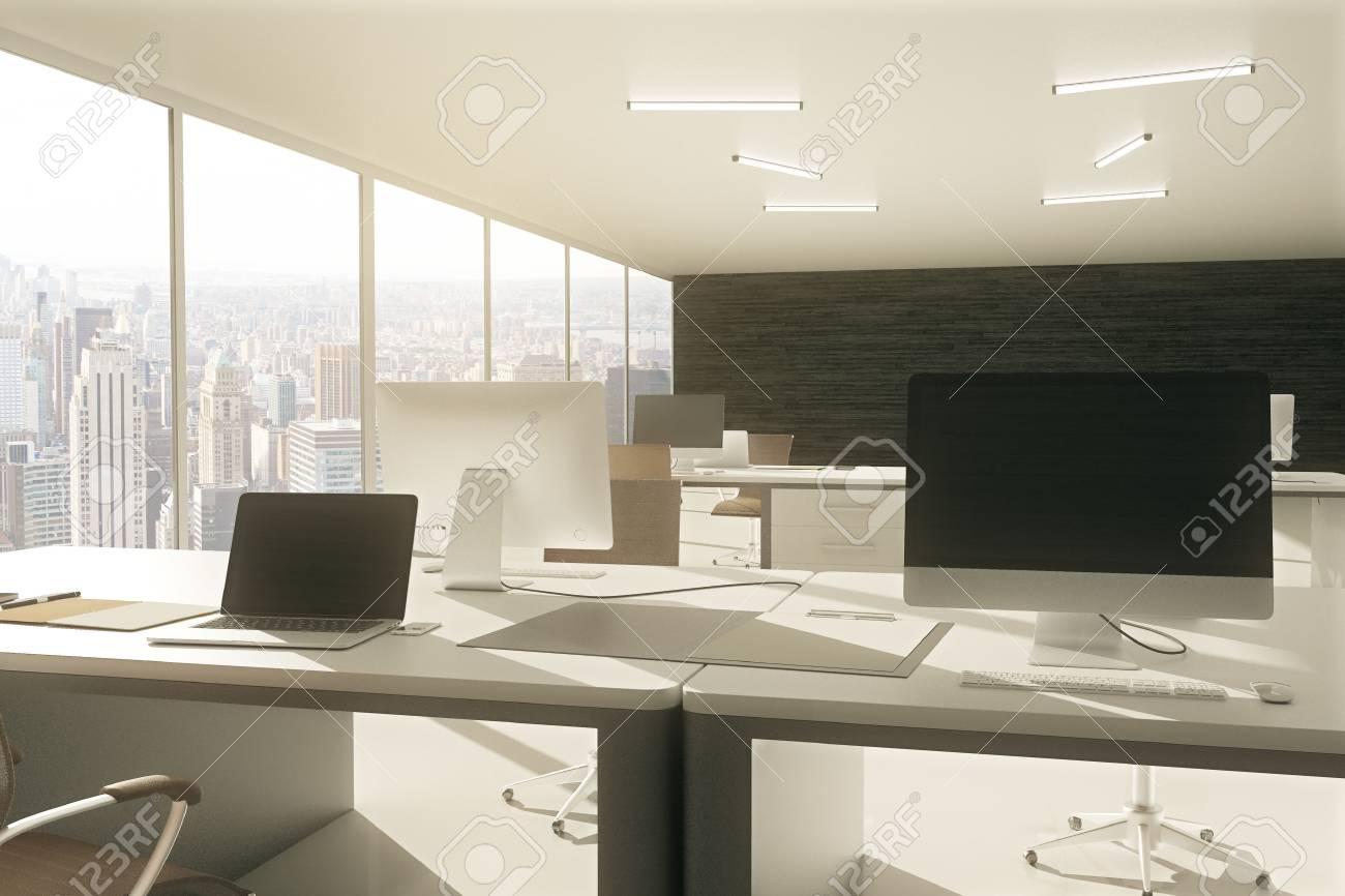 Gris espace de travail de bureau avec un ordinateur portable en