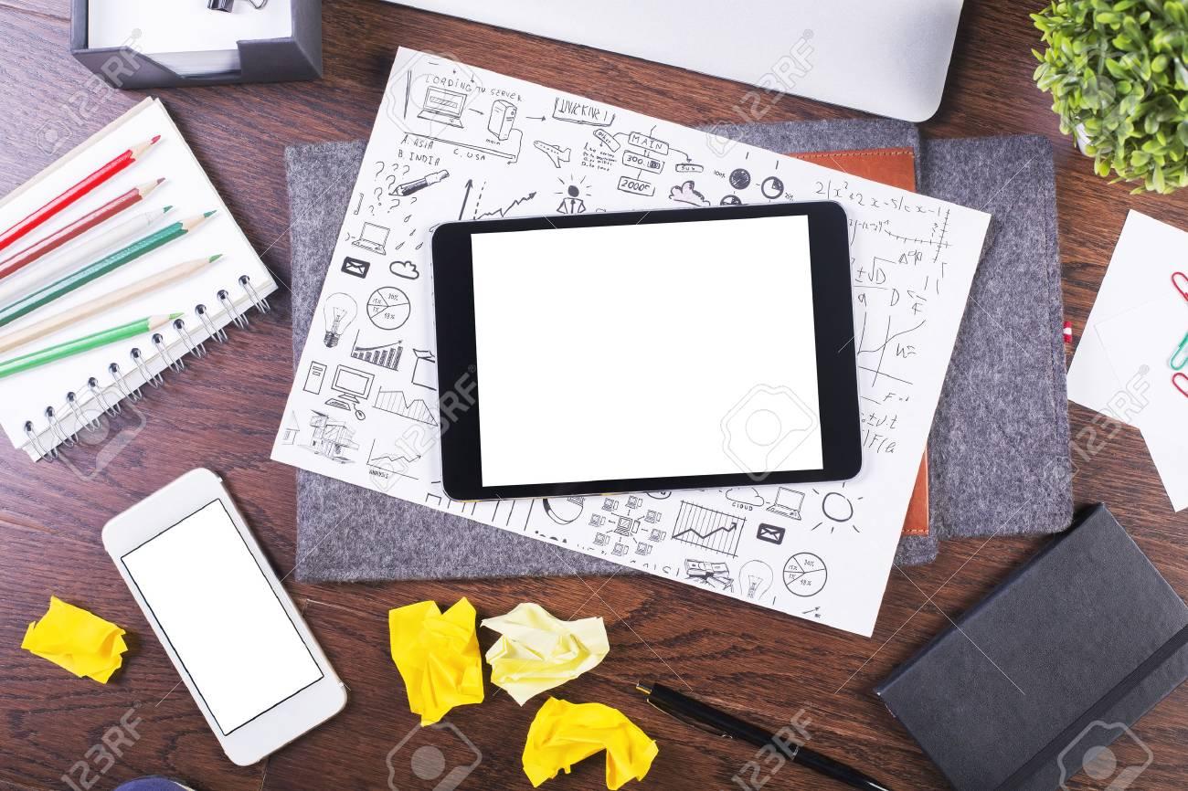 Vue de dessus du bureau créatif en bois foncé avec tablette