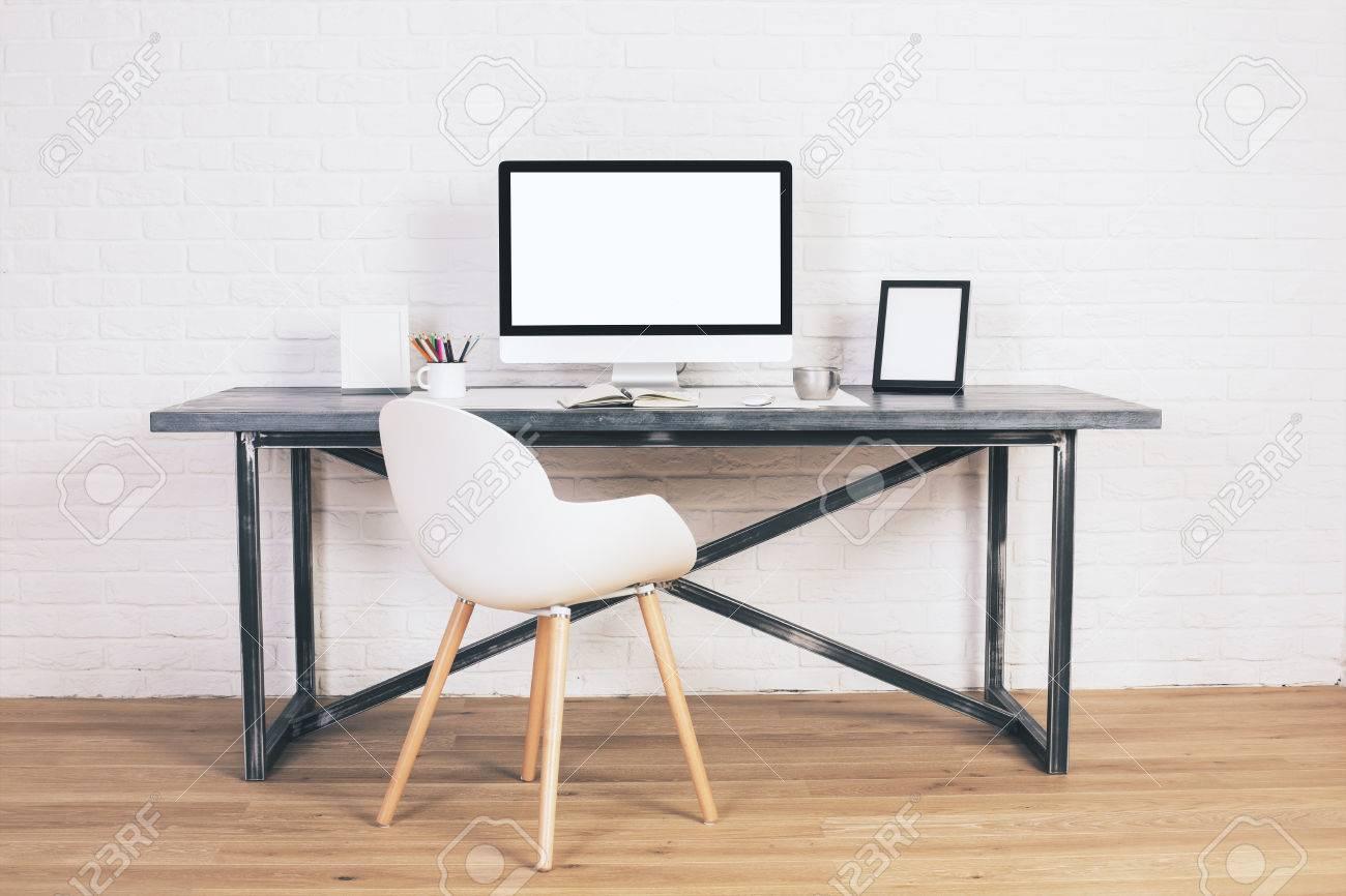 Vista Frontal De La Silla Moderna Y Un Escritorio De Diseño Con ...