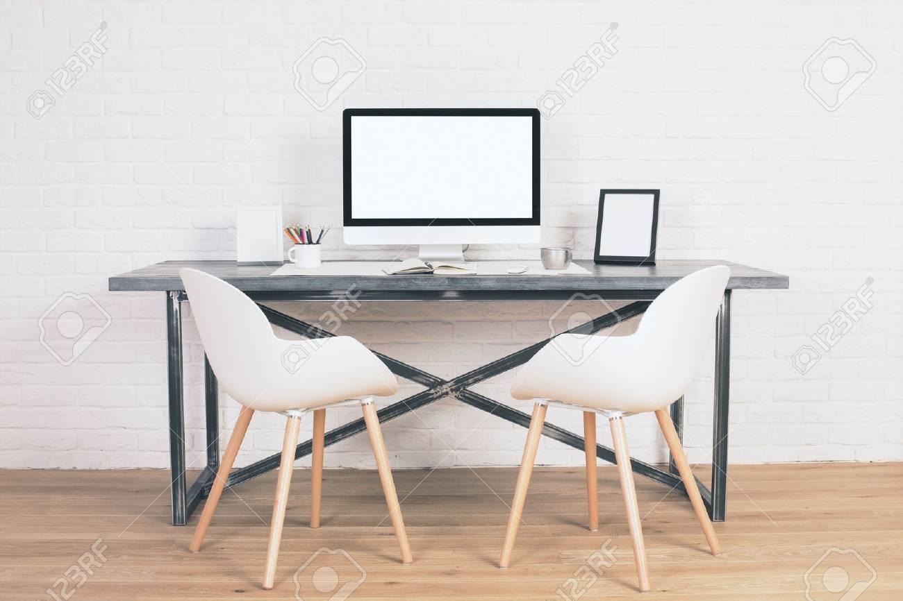 Deux Chaises A Cote De La Table Design Avec Ecran Blanc Blanc Et D