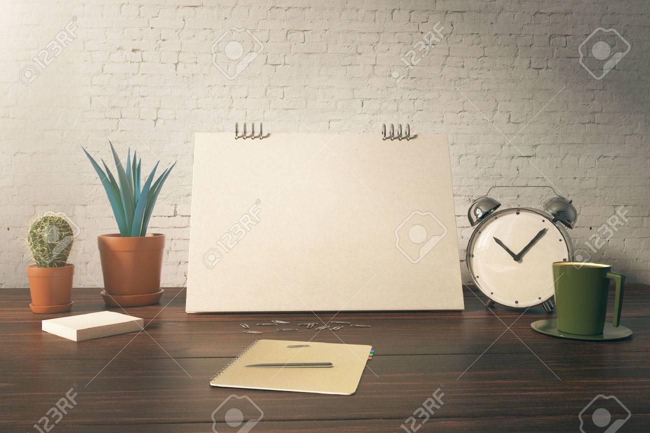 Tavolo Ufficio Bianco : Primo piano del tavolo dellufficio con la scheda in bianco piante