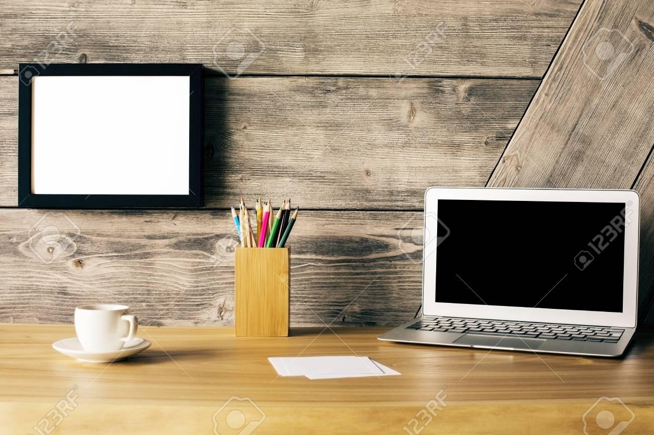 Gros plan de bureau design en bois créatif avec écran d ordinateur