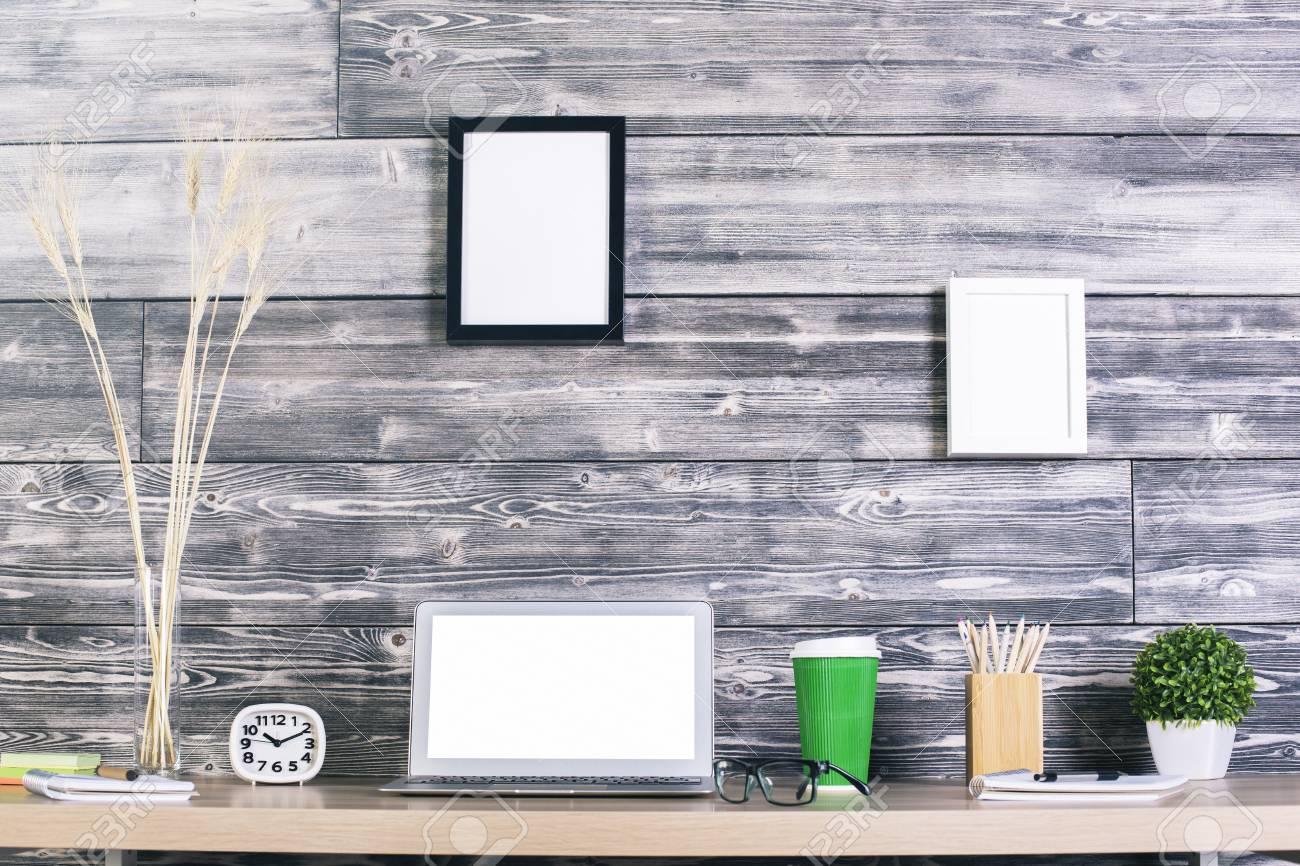Mesa De Diseño Creativo Con Portátil En Blanco Blanco, Reloj, Café Y ...