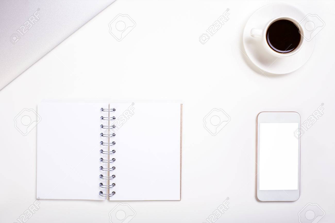 Vue de dessus de bureau de bureau blanc avec spirale blanc bloc