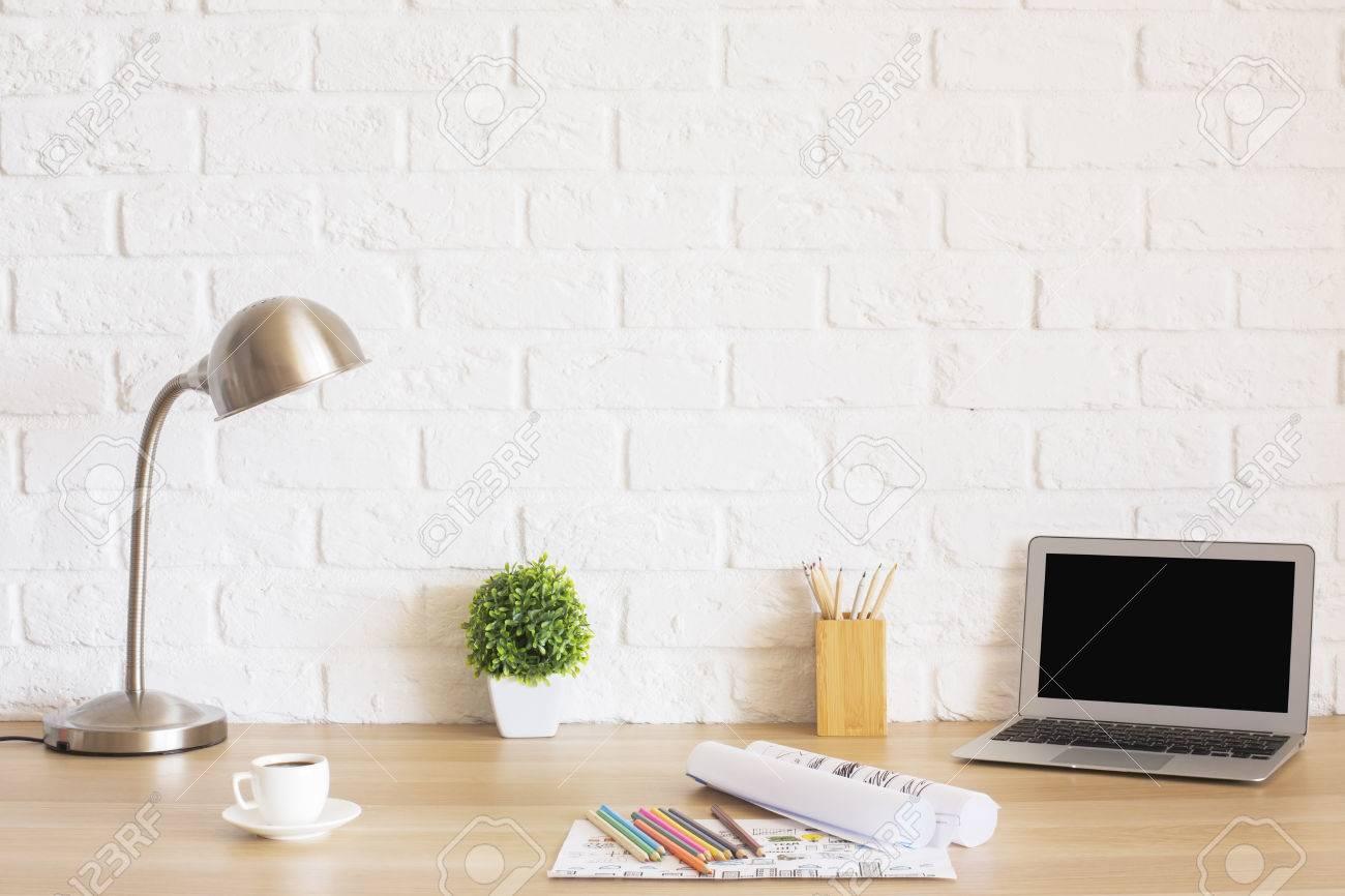 Creative bureau design avec écran blanc pour ordinateur portable