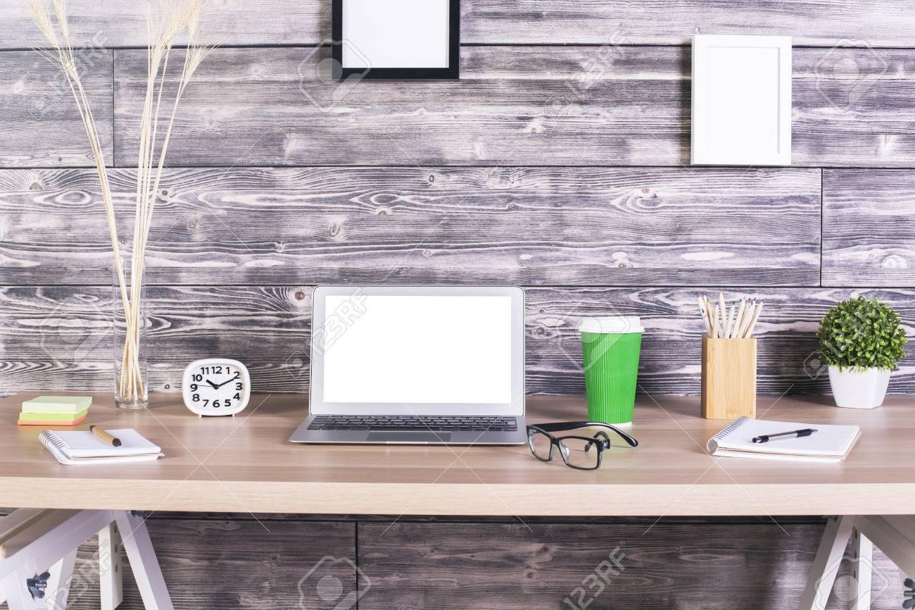 Escritorio De Diseño Creativo Con Portátil En Blanco Blanco, Reloj ...