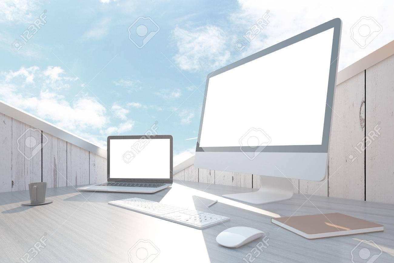 Plan De Travail Bleu gros plan de travail en bois abstrait avec un ordinateur portable blanc  blanc et les écrans d'ordinateur, clavier, souris, livre et tasse de café  sous