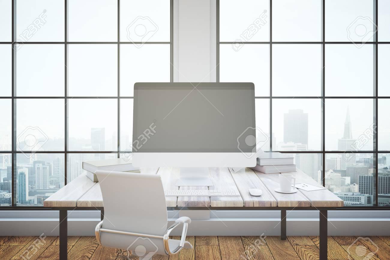 Immagini Stock Ufficio Interno Con Monitor Pc In Bianco Sul Tavolo