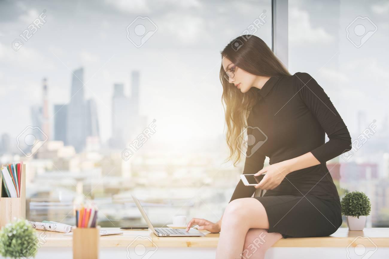Attraktive Junge Geschaftsfrau Mit Dem Smartphone In Der Hand Auf
