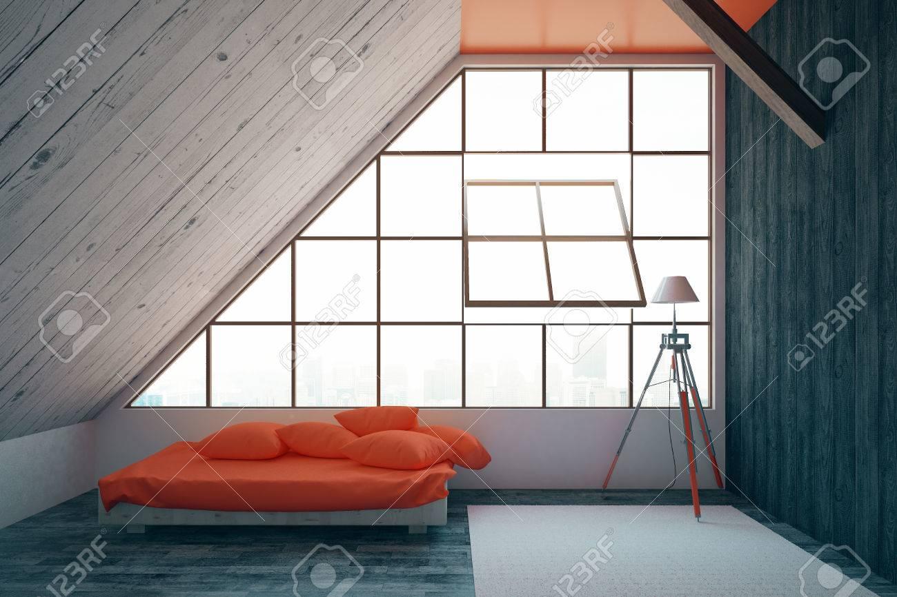 Camera da letto interni moderno con base rossa, finestra incorniciata con  vista sulla città, pareti in legno, moquette sul pavimento e lampada. ...