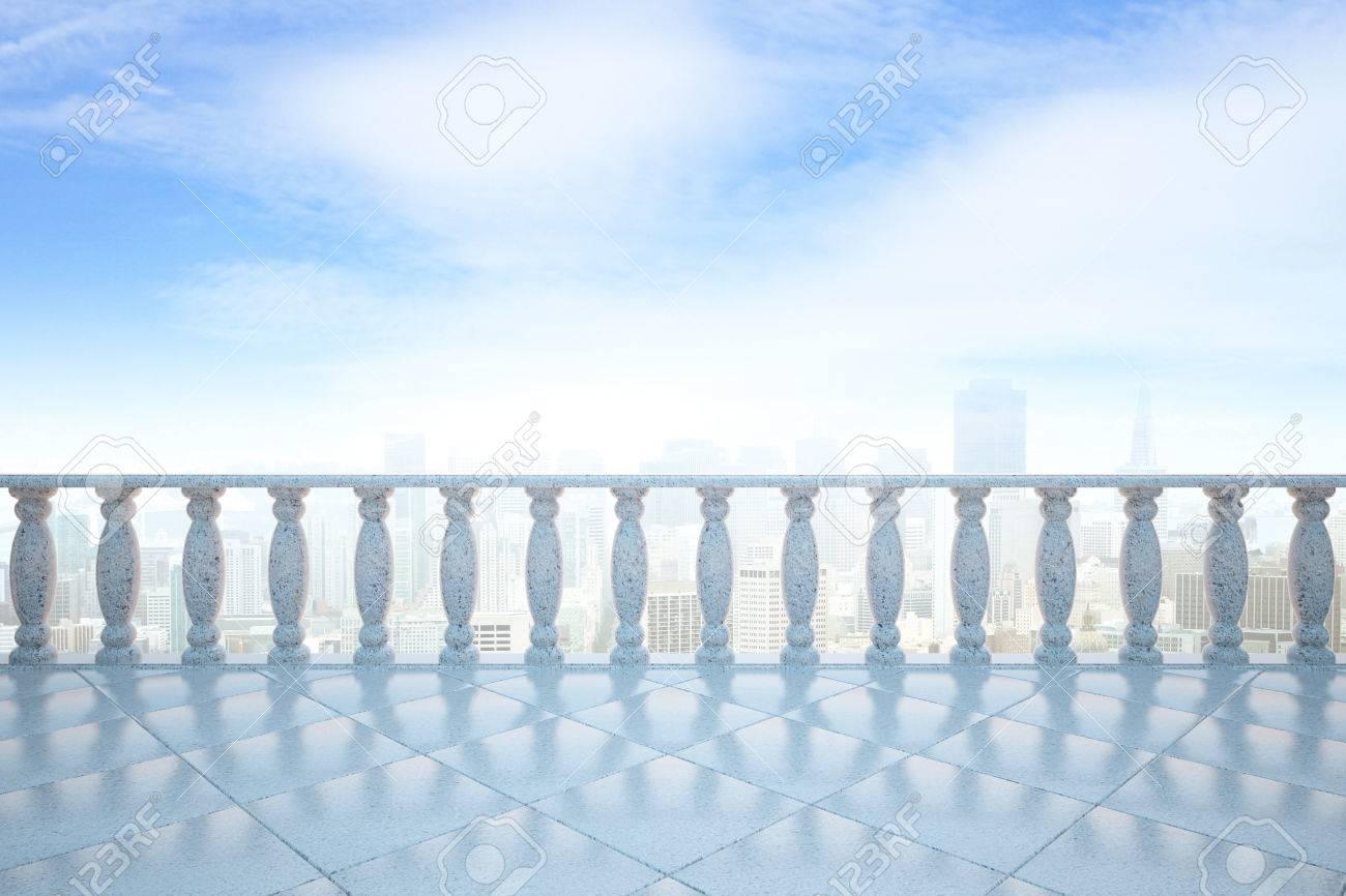 Vista frontale del balcone con pilastri di cemento e pavimento di