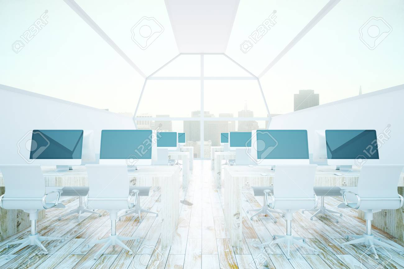 Intérieur de bureau de coworking moderne avec divers écrans d