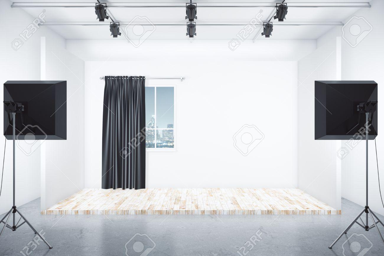 Studio cinematografico con box camera con vista della città di