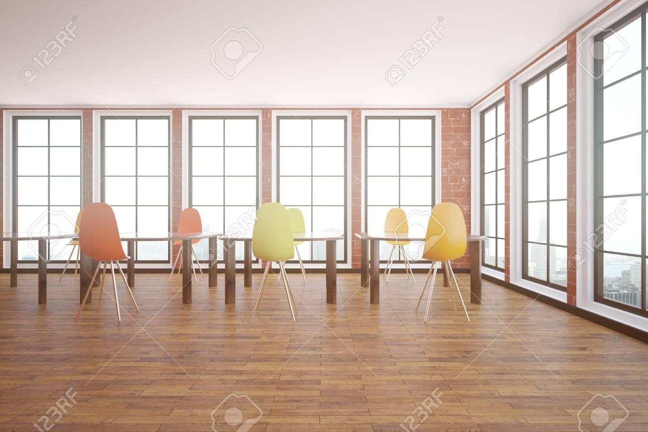 Interni in mattoni rossi con pavimento in legno, finestre con vista sulla  città e tavoli con sedie. Concetto di classe. Rendering 3D