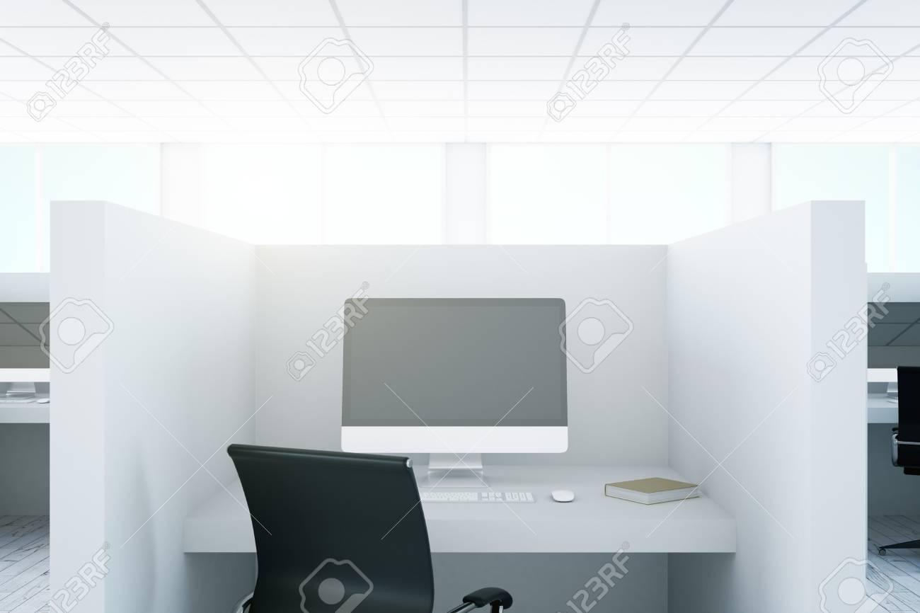 Gros plan du lieu de travail de bureau avec un écran d ordinateur