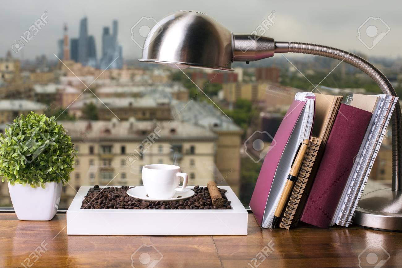 Closeup Von Holzfensterbank Mit Kaffeetasse Und Bohnen, Tischlampe ...