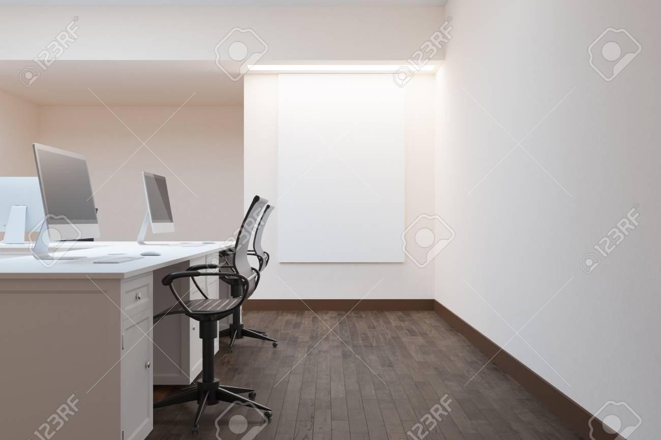 Vue de côté de l intérieur du bureau moderne avec l affiche vide