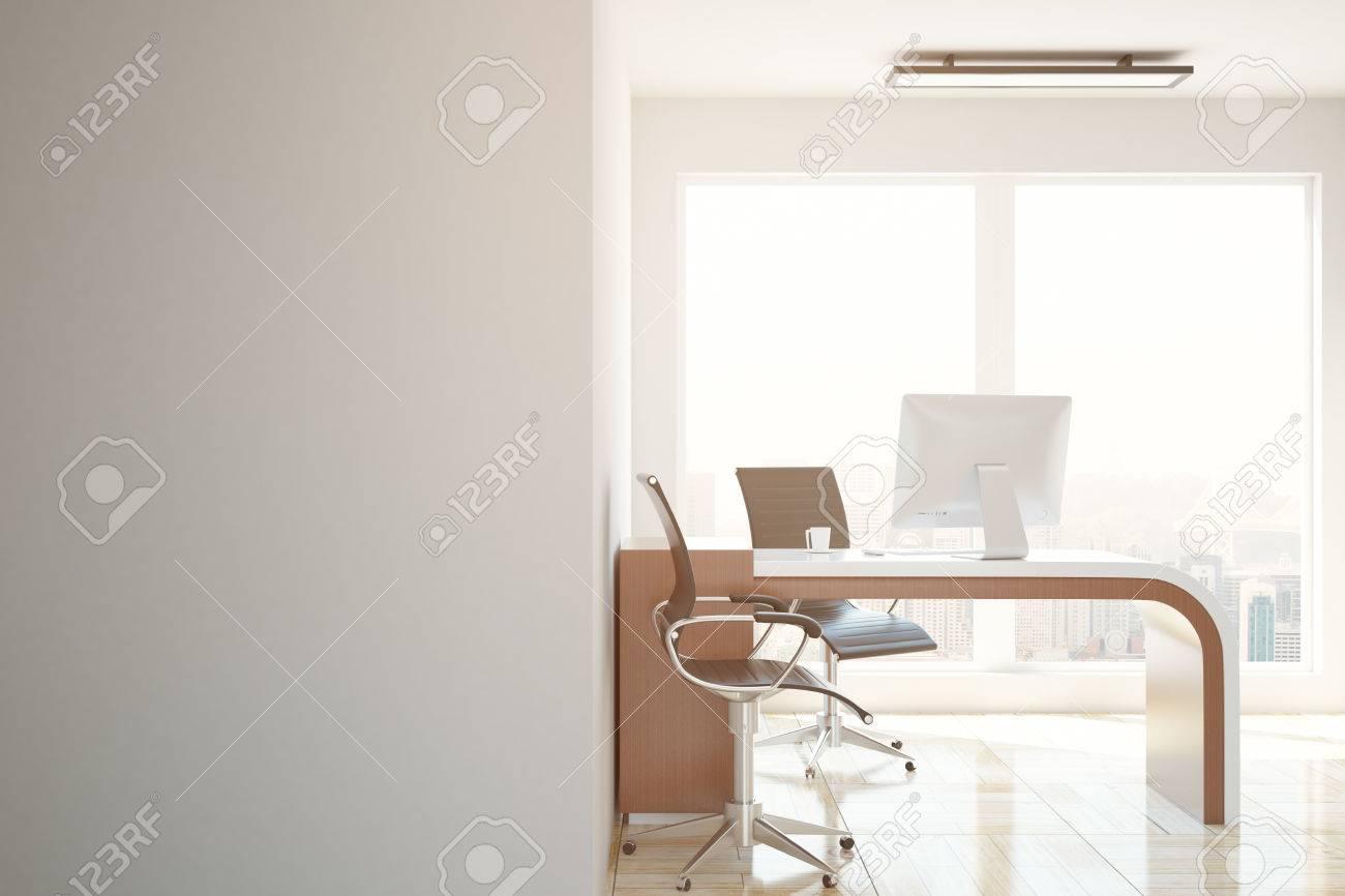 Beton In Interieur : Beton büro interieur mit arbeitsplatz stadtansicht und leere wand