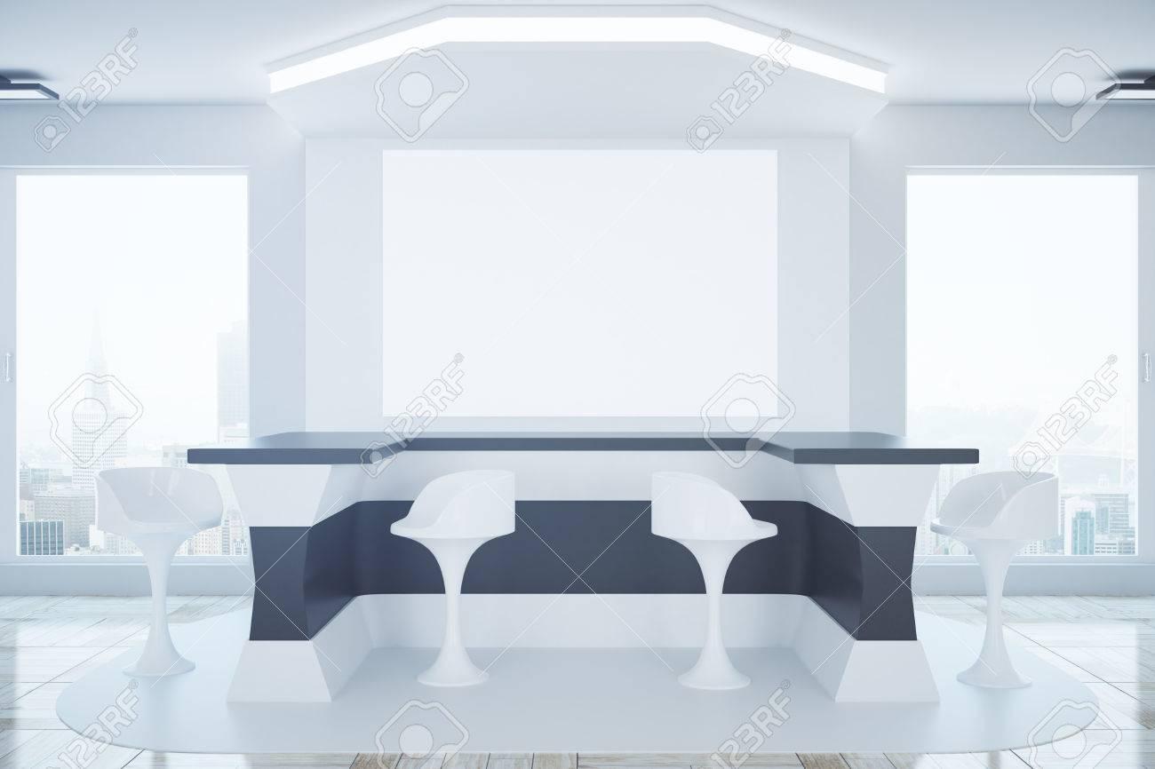 Interiore moderno di affari con la reception gli sgabelli la