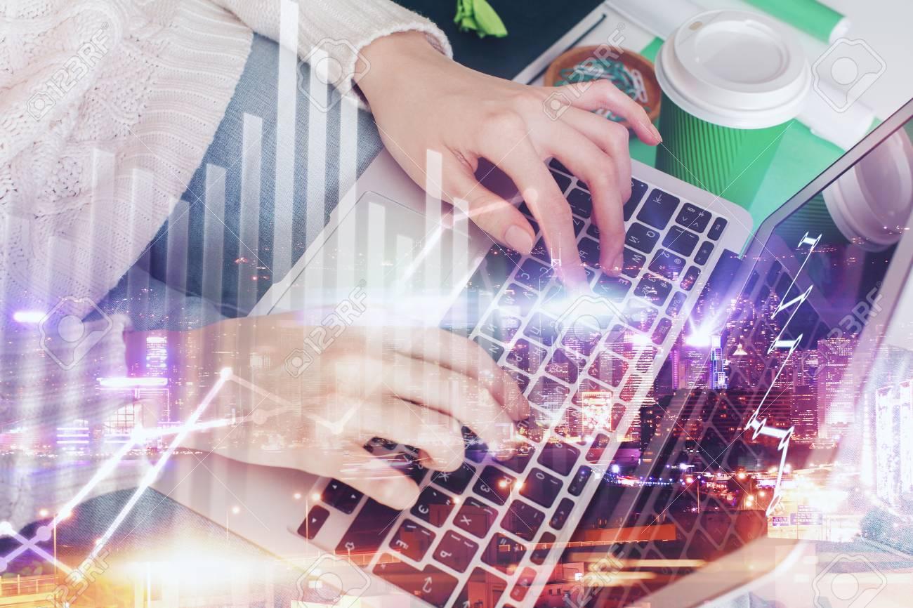 Scrivania Ufficio Doppia : Giovane donna alla scrivania in ufficio con la tazza di caffè