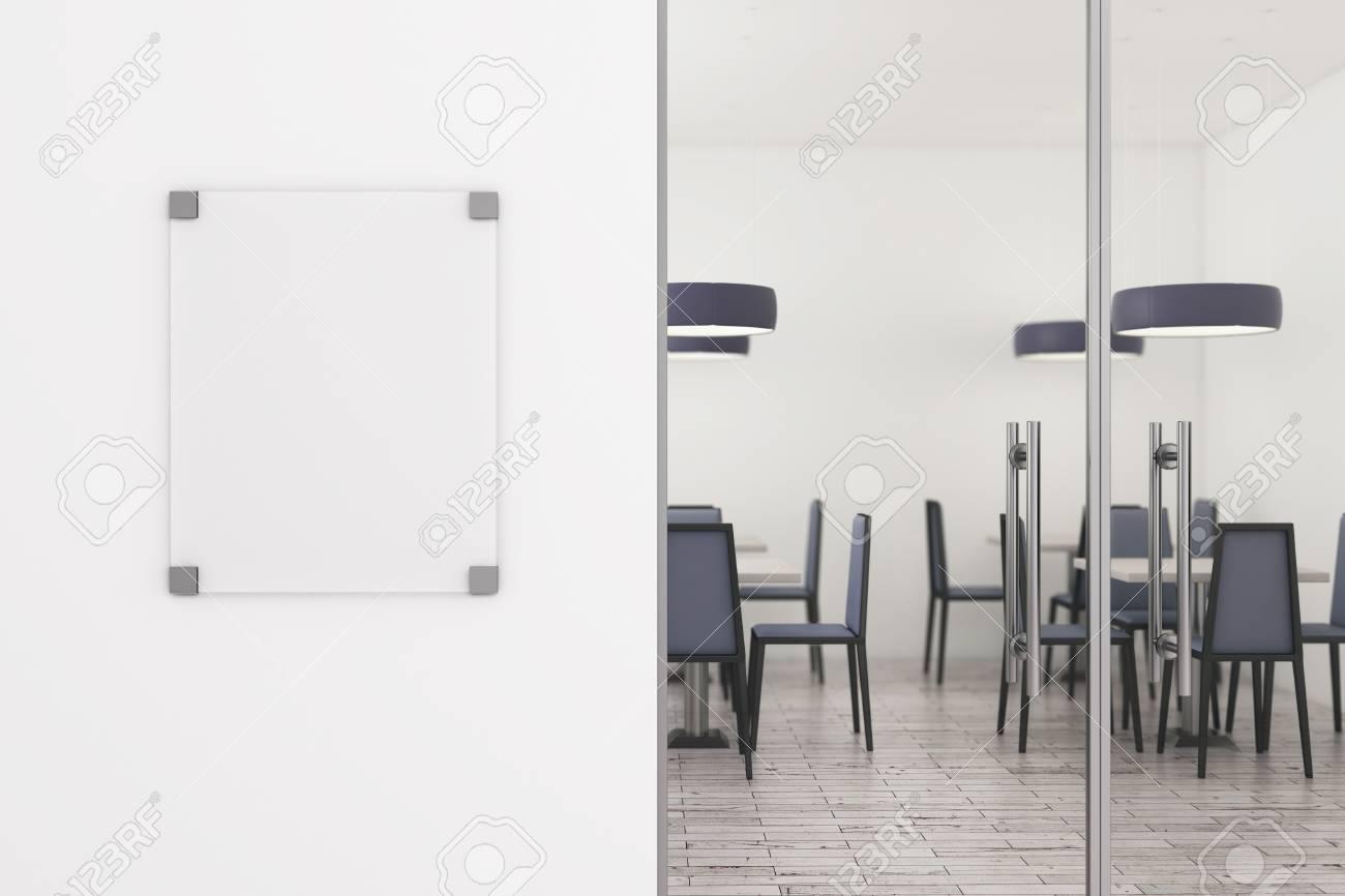 Säubern sie glasanschlagtafel auf weißer betonmauer des