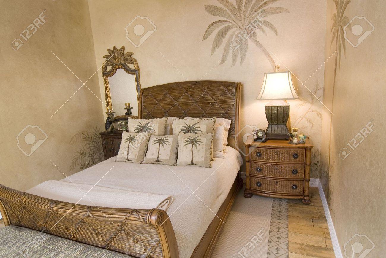 stile tropicale rattan camera da letto con cuscini foto royalty ... - Cuscini Camera Da Letto