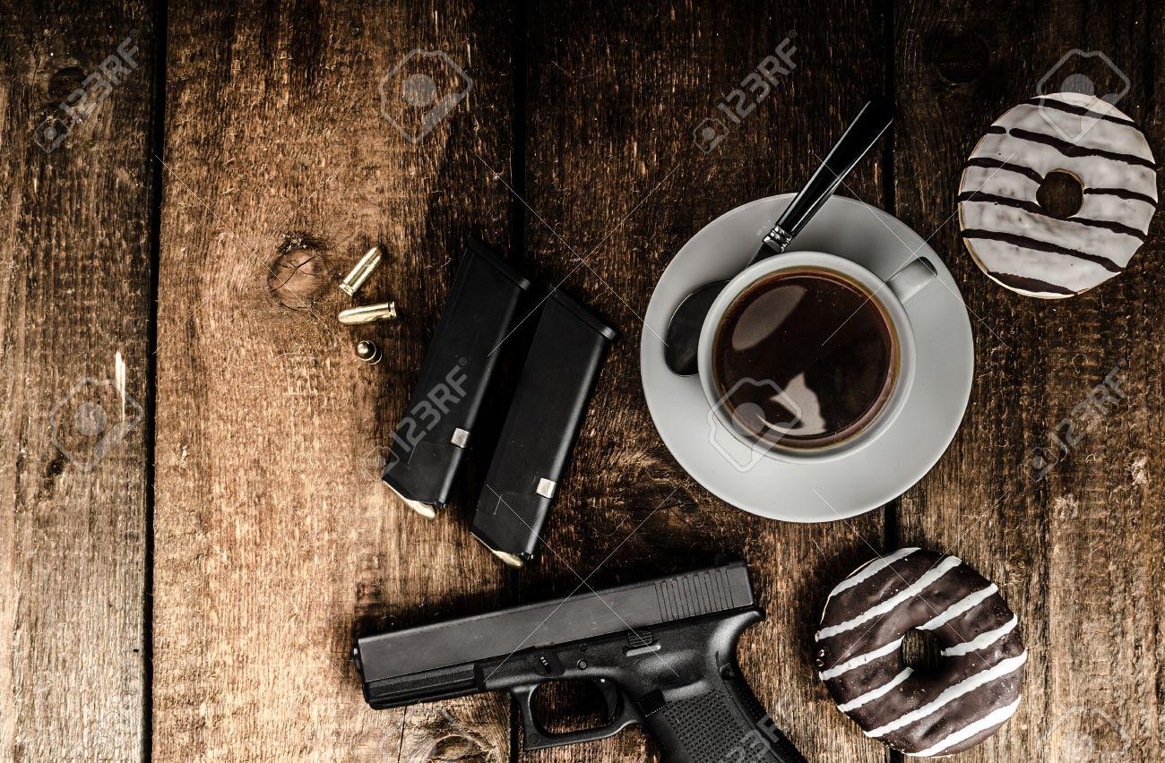 Amérique policier matin, beignets, jus, café noir et de son fusil Banque d