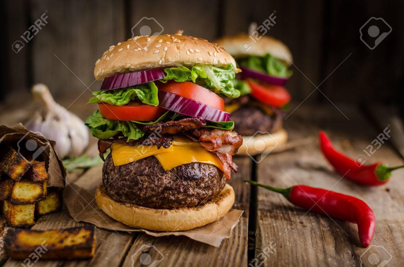 SECCION DE COCINA - Página 14 46656521-estilo-r%C3%BAstico-hamburguesa-de-ternera-con-guindillas-y-patatas-fritas-caseras-