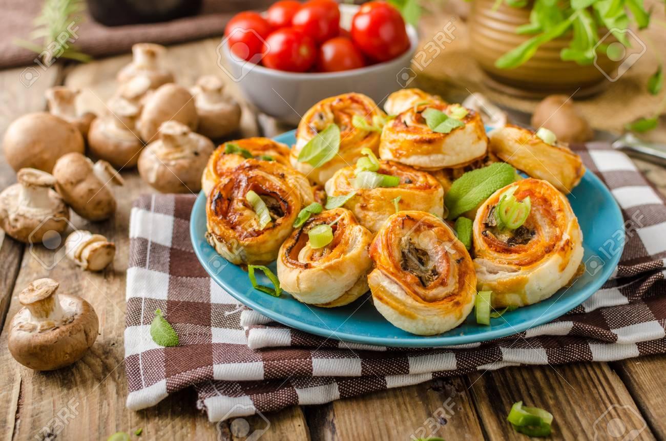 Pizza Schnecken In Blätterteig Mit Schinken Käse Und Champignons