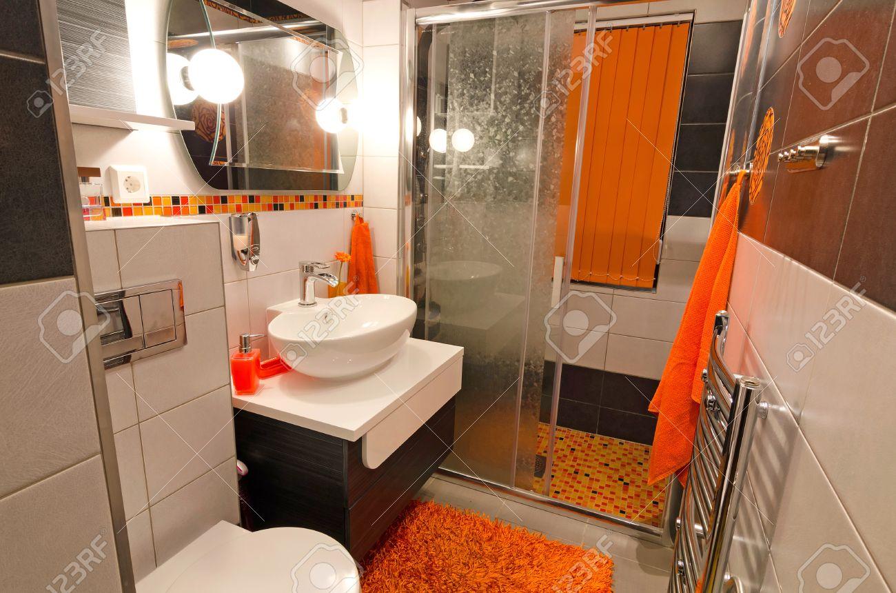 Intérieur de salle de bains moderne en couleur orange brun