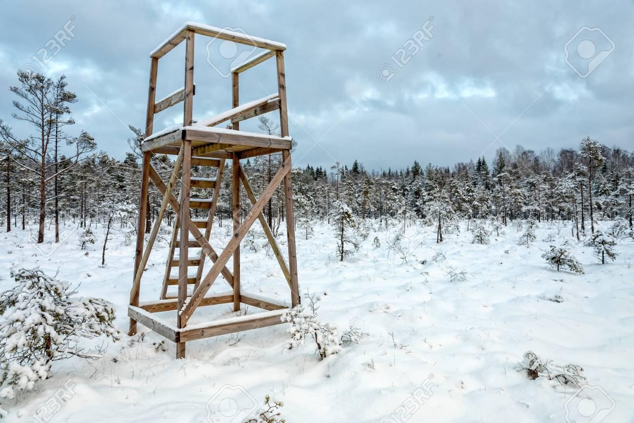 Čeke i osmatračnice 95534830-swedish-hunting-tower-in-winter-scenery