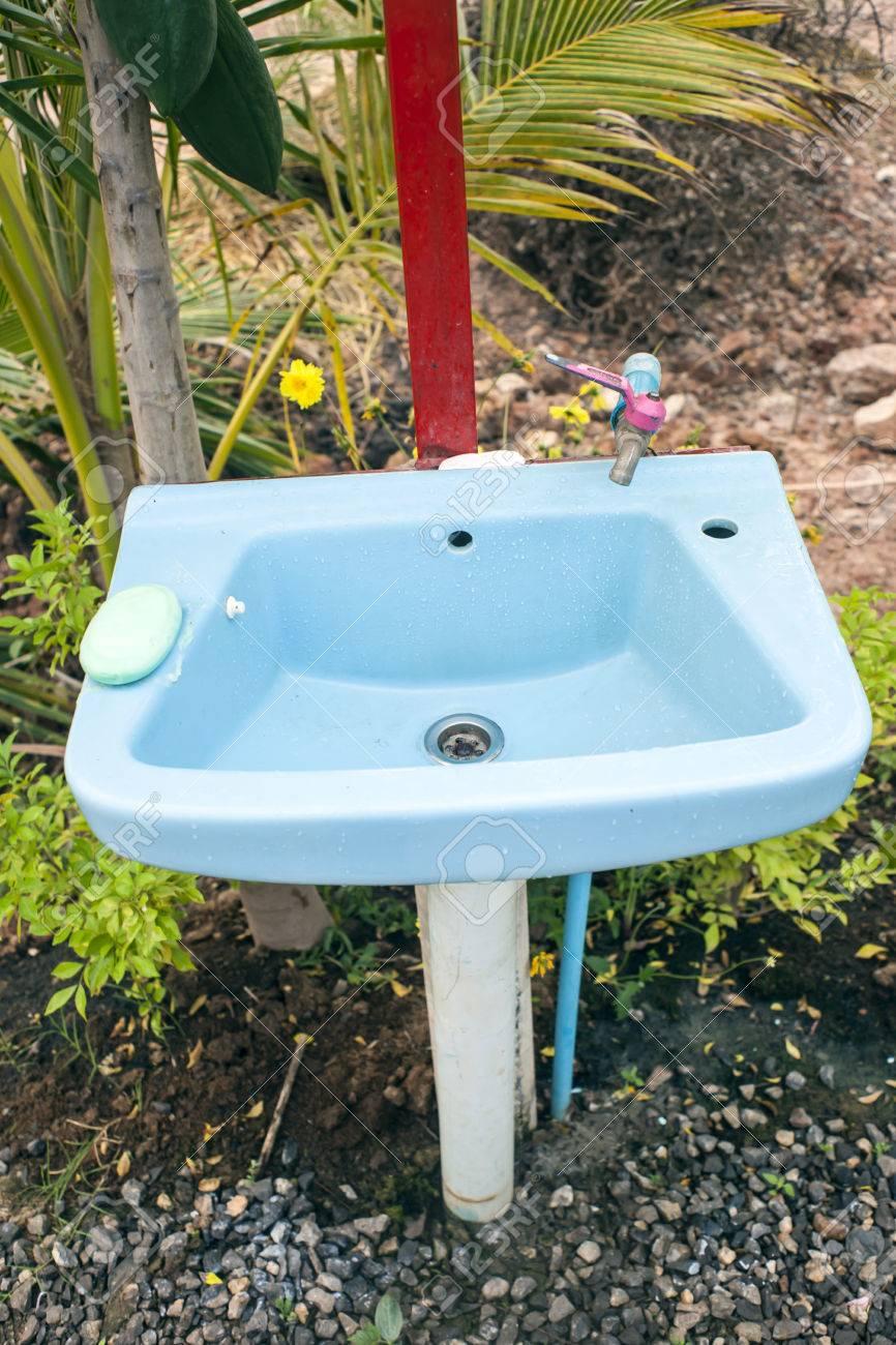 Naturliche Aussen Waschbecken Lizenzfreie Fotos Bilder Und Stock