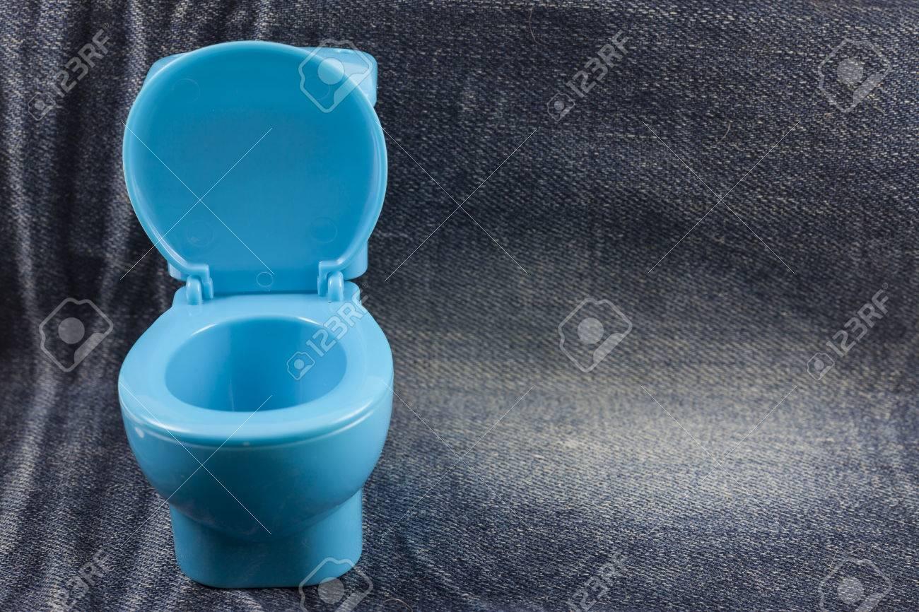 Taza Del Inodoro Azul Fotos Retratos Im Genes Y Fotograf A De  ~ Como Limpiar El Fondo Del Inodoro