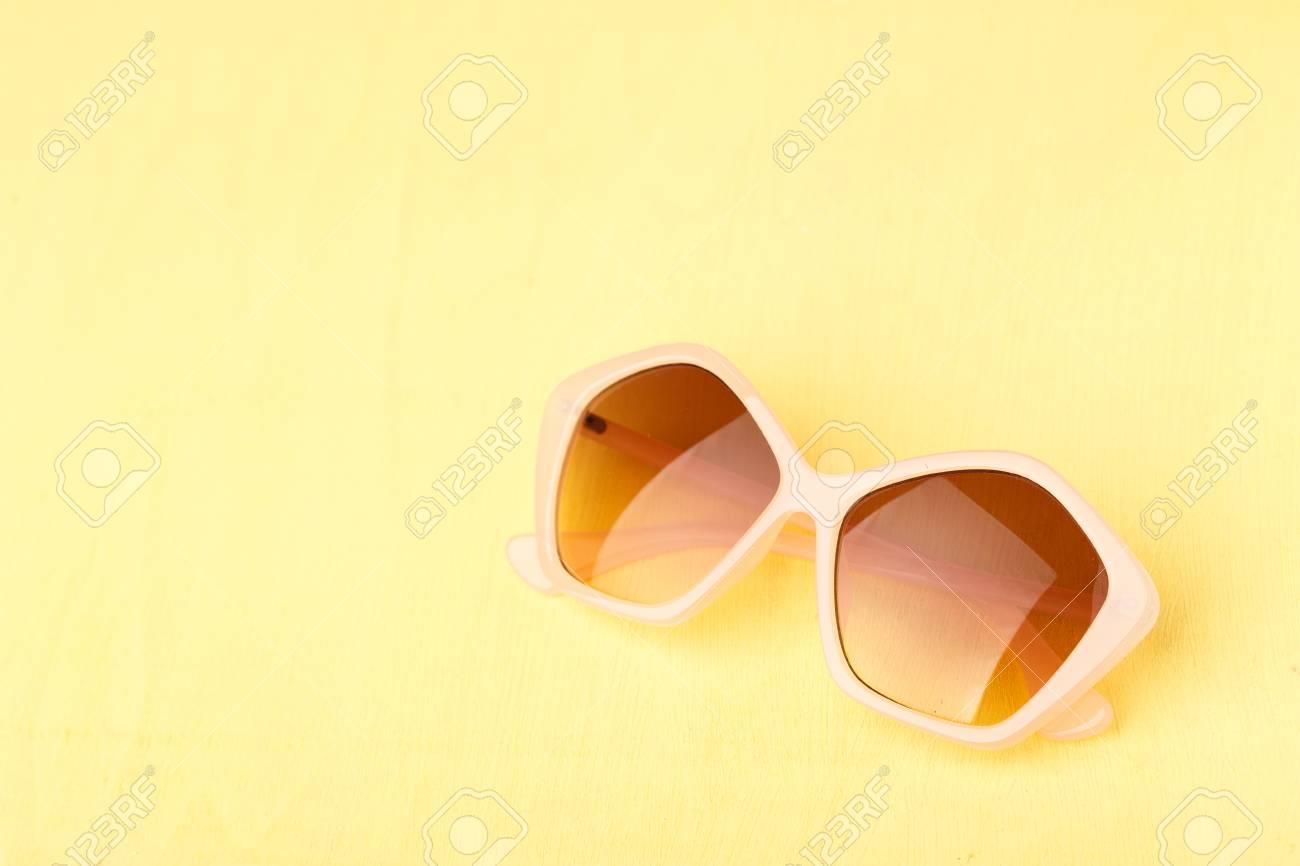 Color Plástico Amarillo Gafas Mesa Es De Sol Madera DWEH29I
