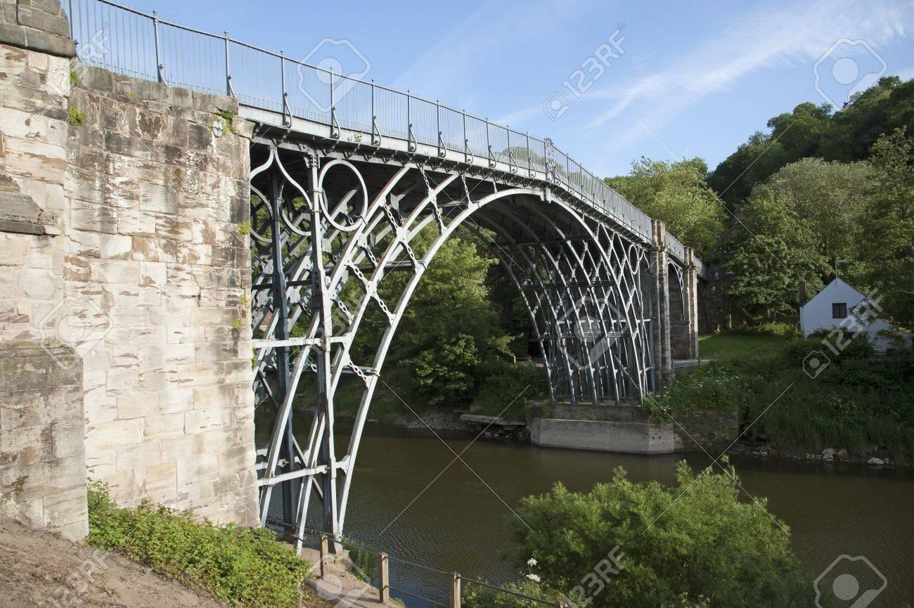 歴史的な鉄の橋が架かってシュロ...