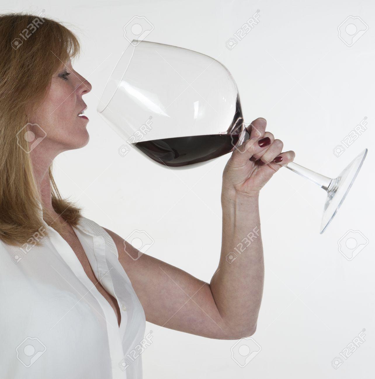 Femme avec un très grand verre de vin rouge