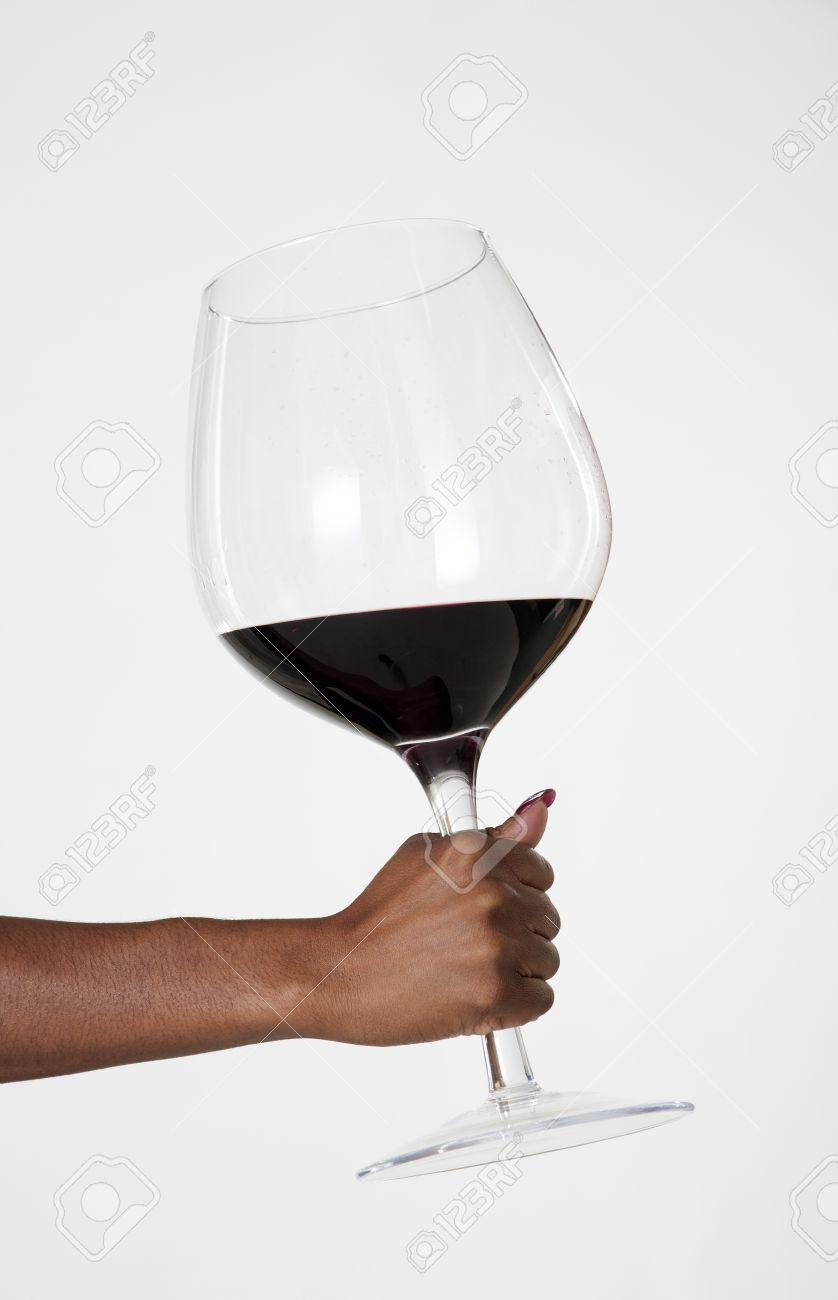 Femme tenant un très grand verre de vin rouge