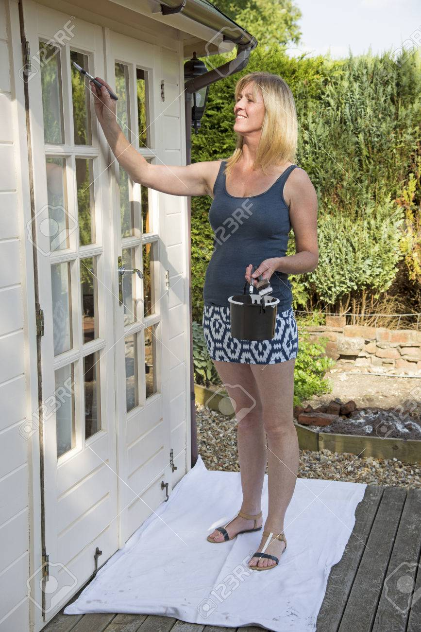plus récent 1f392 526e9 Femme en mini jupe peinture extérieure de bureau de jardin