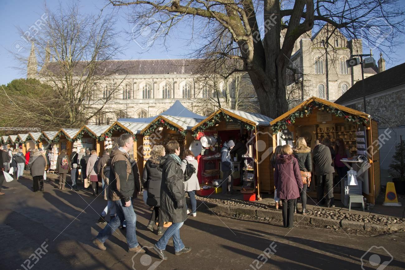 Bezoekers Op De Kerstmarkt In De Buurt Bij De Kathedraal Van