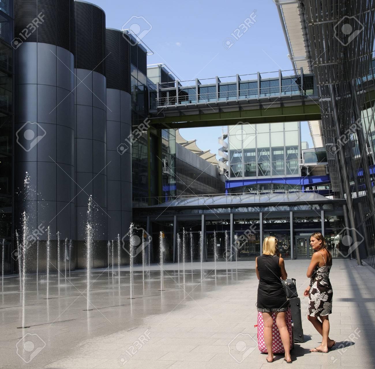 Terminal 5 London Heathrow Airport Uk Passengers Taking Break