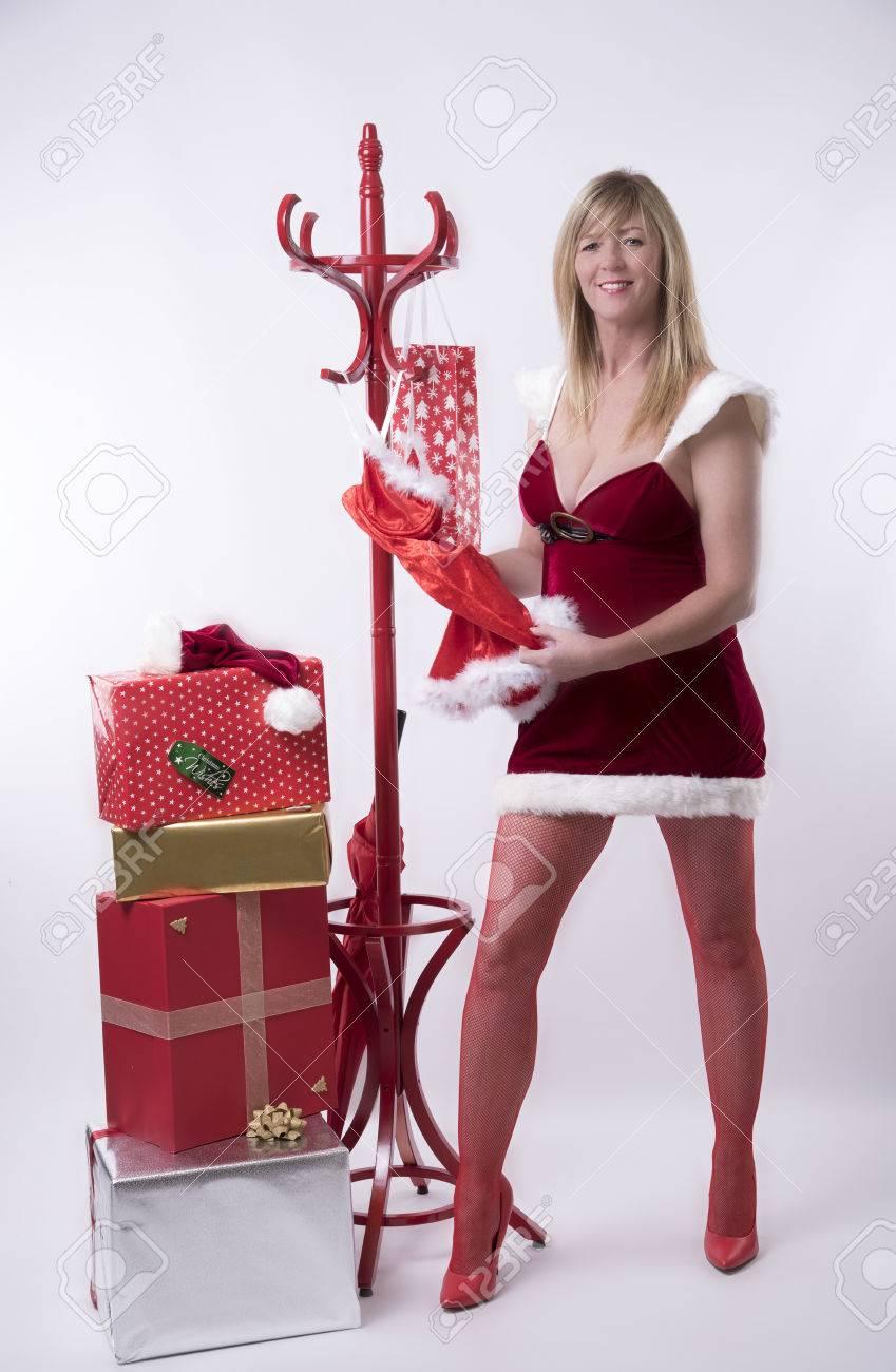Frau Tragen Santa-Outfit Auswahl Parteikleidung Aus Einem ...